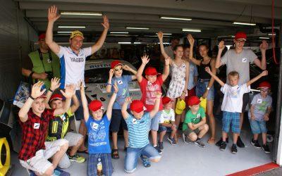 Strahlende Kinderaugen beim Autorennsport